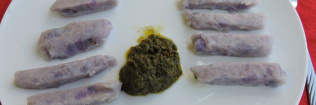 Fioletowe gnocchi z pesto z mniszka lekarskiego (pospolitego)
