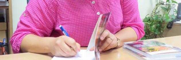 Podpisywanie książki w siedzibie wydawnictwa