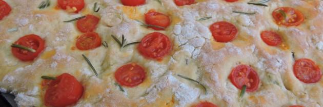Focaccia z ciecierzycy, rozmarynu i pomidorków czereśniowych