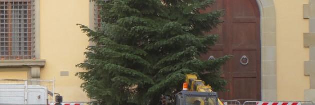 Sprzątanie dekoracji w centrum miasta