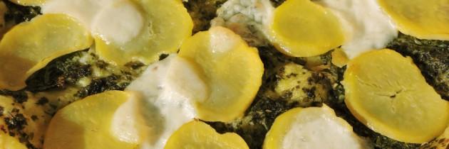 Słone ciasto z ziemniakami i sosem z natki pietruszki