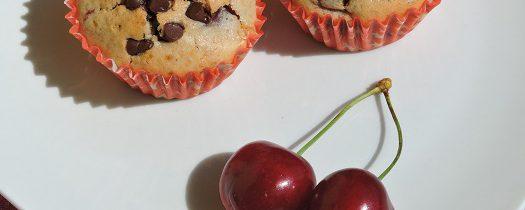 Pół żytnie babeczki z czereśniami i łezkami czekoladowymi