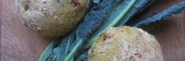 Bułeczki z czarną kapustą i suszonymi pomidorami