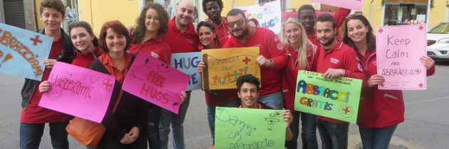 Młodzież z Czerwonego Krzyża obejmuje przechodniów Pistoi