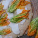Biała pizza z kwiatami cukinii
