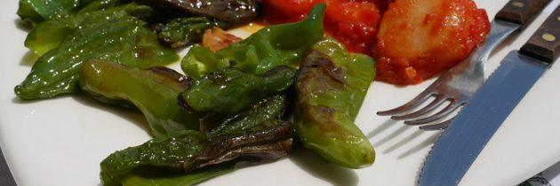 Smażone friggitelli w towarzystwie ziemniaków w pomidorach