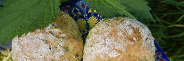 Bułki z pokrzywą i cebulą
