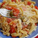 Fusilli z pomidorkami czereśniowymi i kaparami
