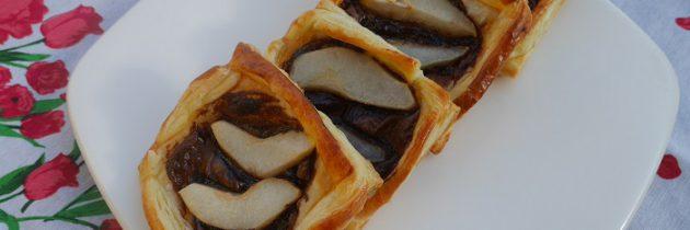Kwadraty z ciasta francuskiego z gruszką i czekoladą