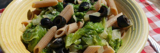 Penne żytnie z sałatą i czarnymi oliwkami