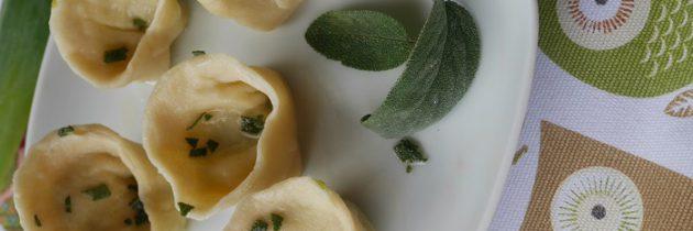 Ravioloni z ziemniakami, porem i szałwią