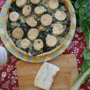 Słone ciasto na winie z boćwiną i gorgonzolą