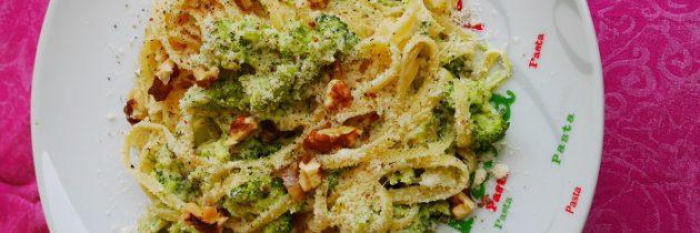 Luinguine z brokułami, śmietaną i orzechami włoskimi