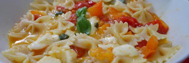 Farfalle z dwoma rodzajami pomidorów i mozzarellą