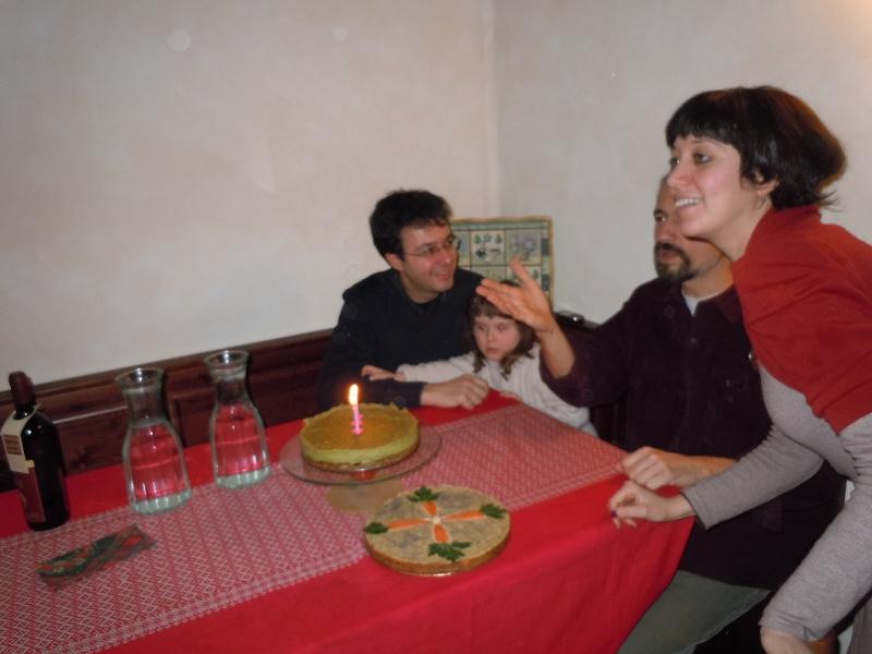 Cecilia, Alessandro i Claudio, ktorzy wspolnie zdmuchuja swieczki