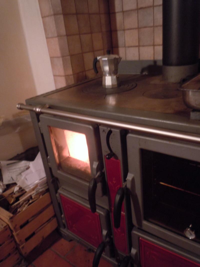 Kuchnia opalana drewnej, a na niej Moka. Za chwile zacznie syczec :)