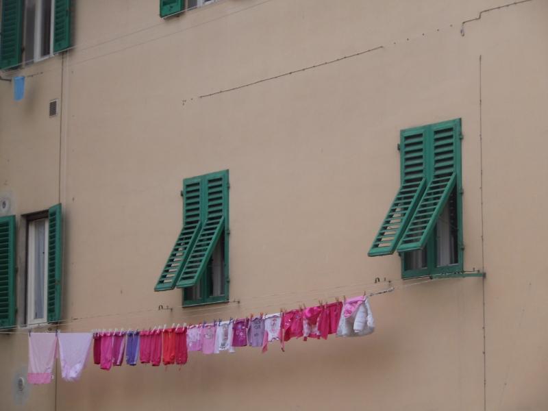 A po drugiej stronie ulicy pranie bialo-rozowe