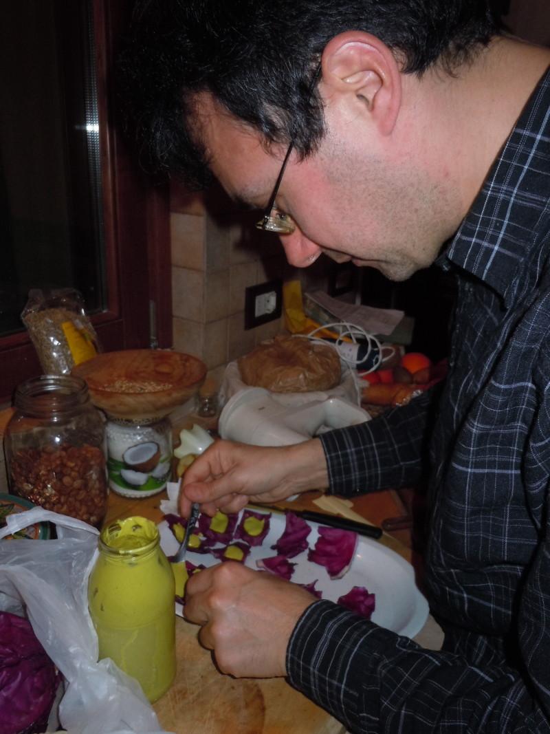 Dip cukiniowo-cytrynowy na lisciach czerwonej kapusty