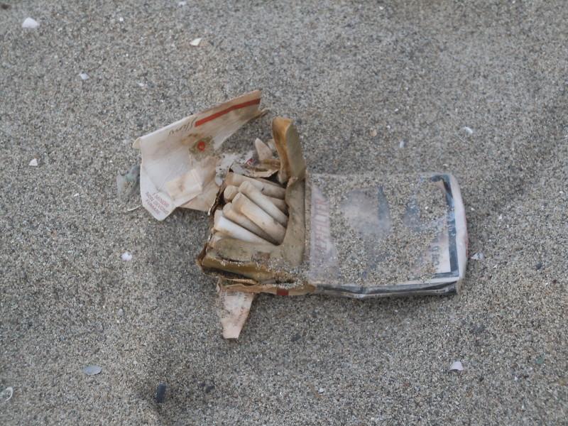 Paczka papierosow porzucona na plazy, moze nie na ulicy, ale na plazy tez sie nie smieci!