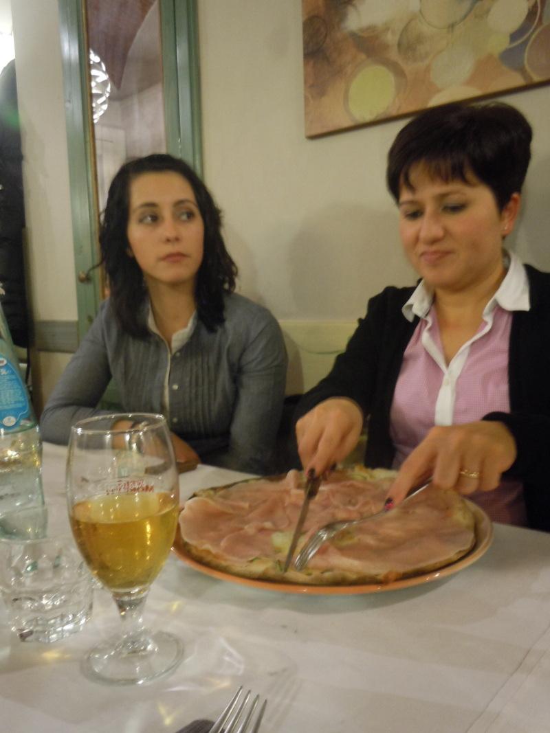 dziewczyny_jedza_pizze_pistoia_moja_toskania