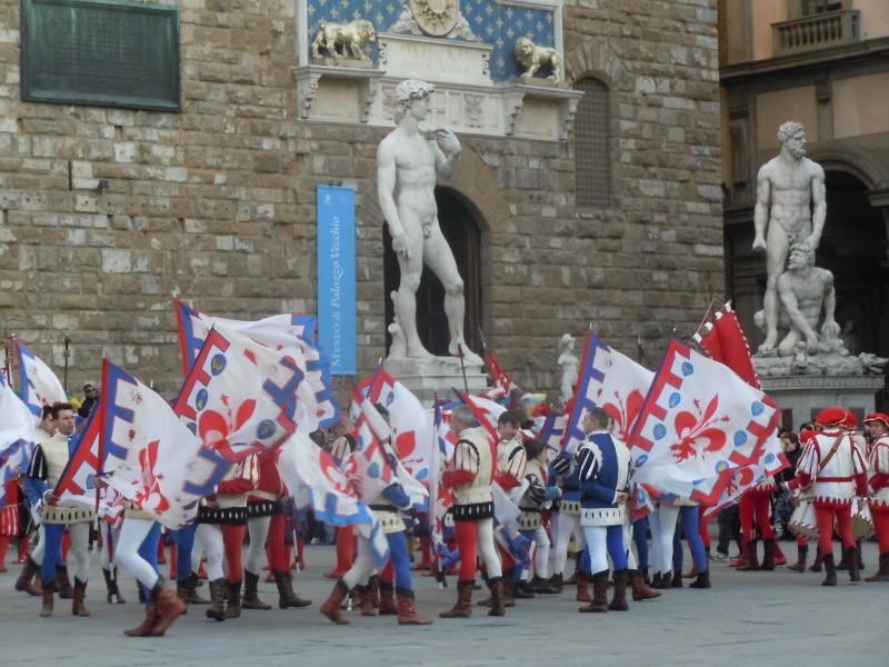 grupa_powiewajaca_flagami_florencja
