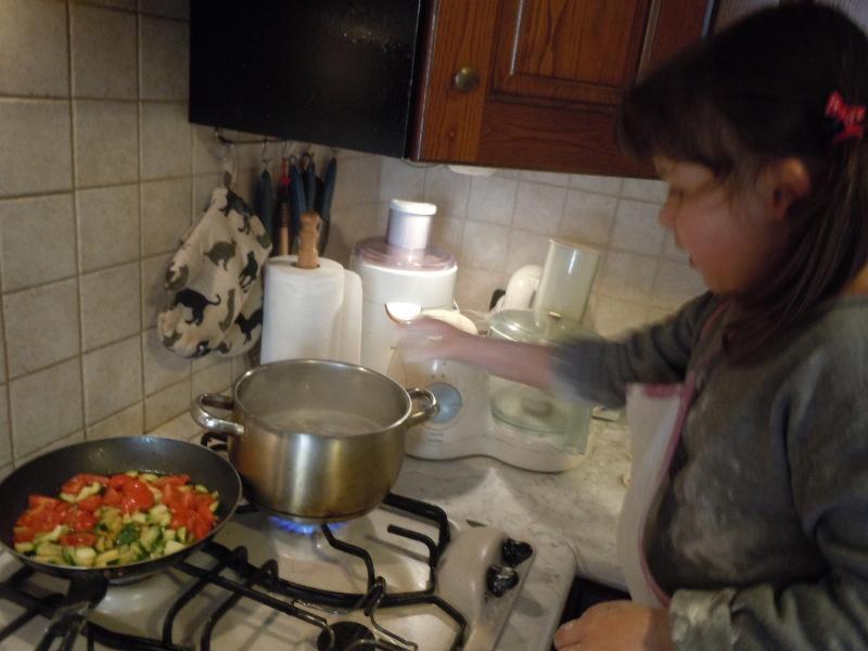julcia_wrzuca_farfalle_kokardki_do_wody_moja_toskania