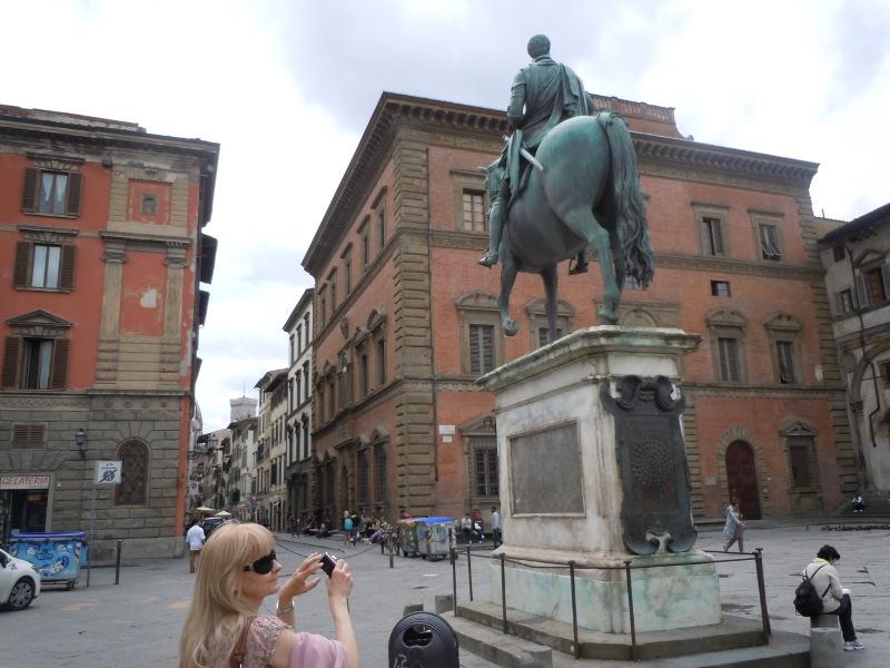 pomnik_z_pszczolami_moja_toskania_florencja
