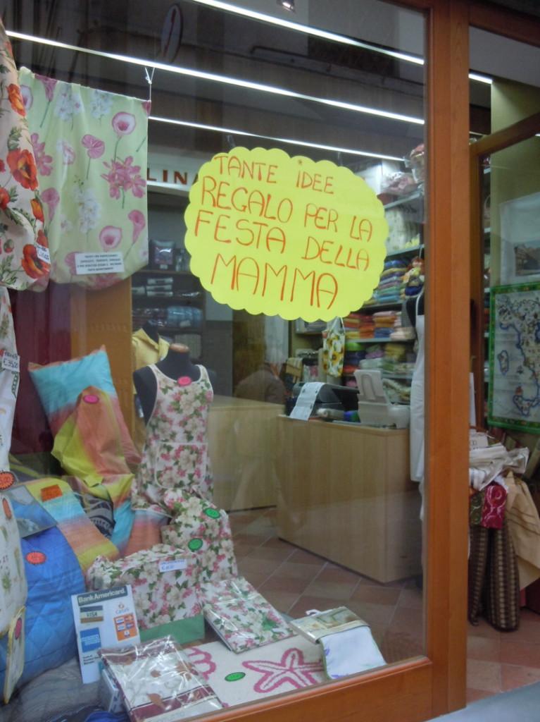 Witryna sklepu w Pistoi zachecajaca do kupna czegos dla Mamy na jej swieto
