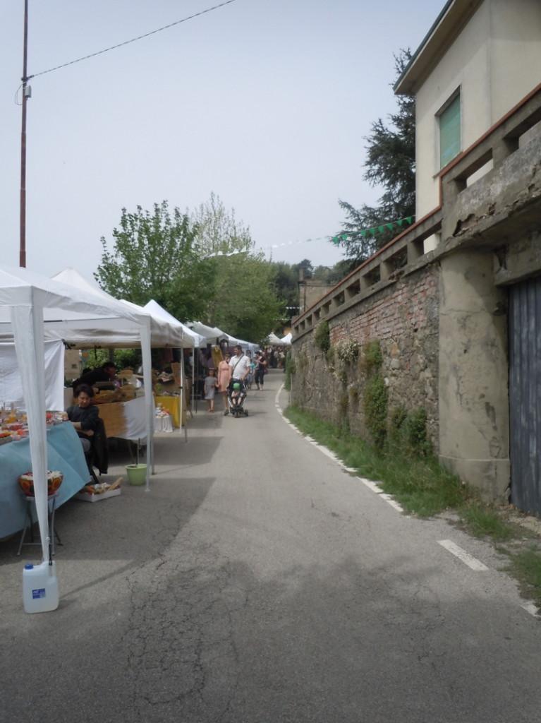 Sznureczek stoisk wzdluz ulicy w San Baronto