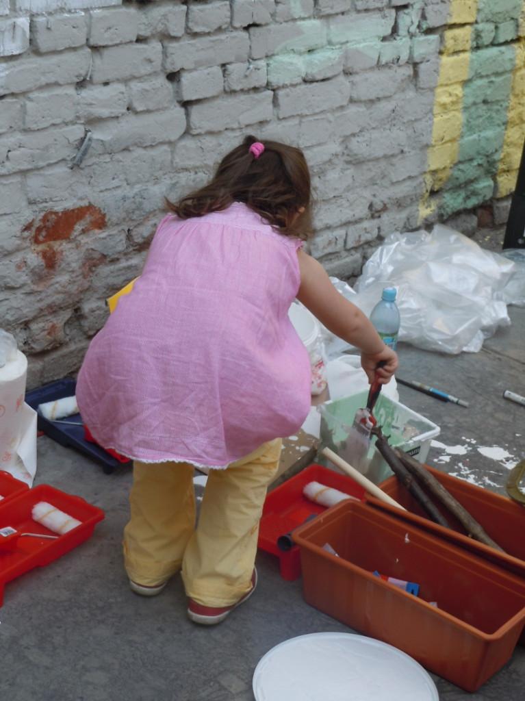 Julcia wspaniale bawila sie przy malowaniu sciany!
