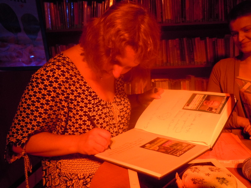 wpisywanie_sie_do_ksiegi_gosci_aleksandra_seghi_biblioteka_warszawa_moja_toskania