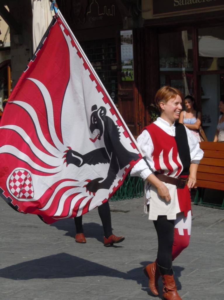 pani_z_choragwia_moja_toskania_pistoia