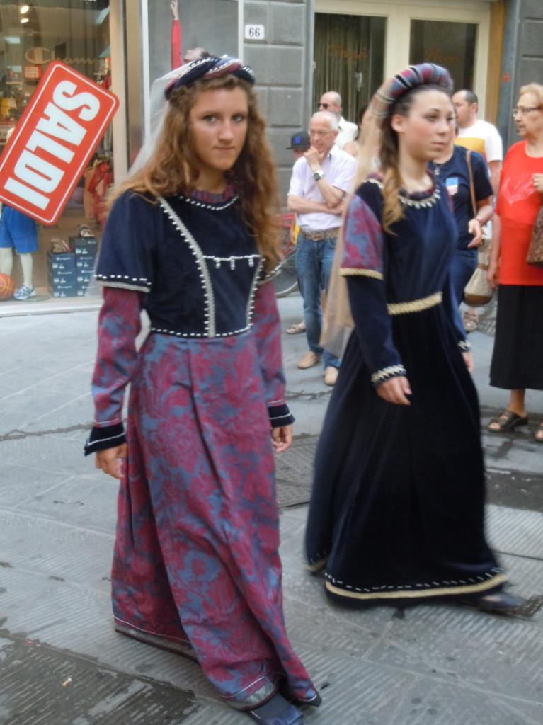 panie_w_fioletowych_sukniach_moja_toskania