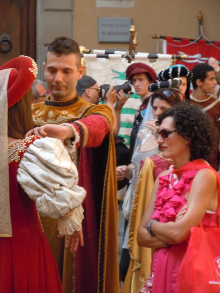 poprawianie_ubrania_sredniowiecznego_moja_toskania_pistoia