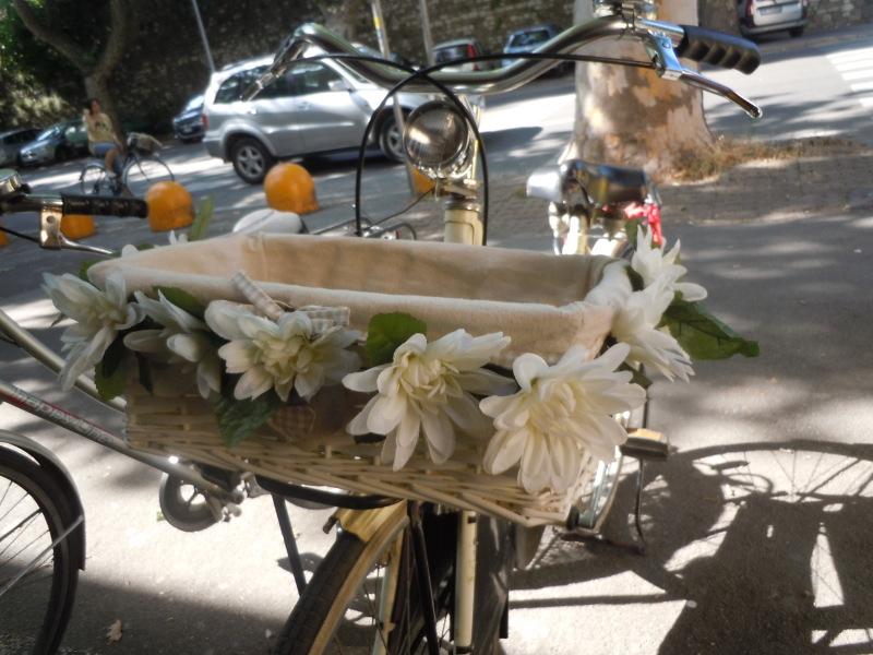 rower_z_bialymi_kwaitami_przyblizenie_moja_toskania
