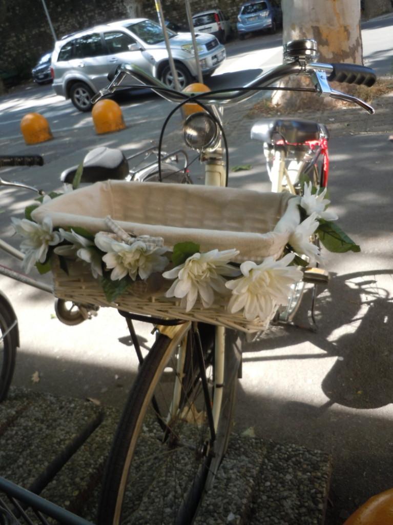 rower_z_bialymi_kwiatkami_moja_toskania_pistoia