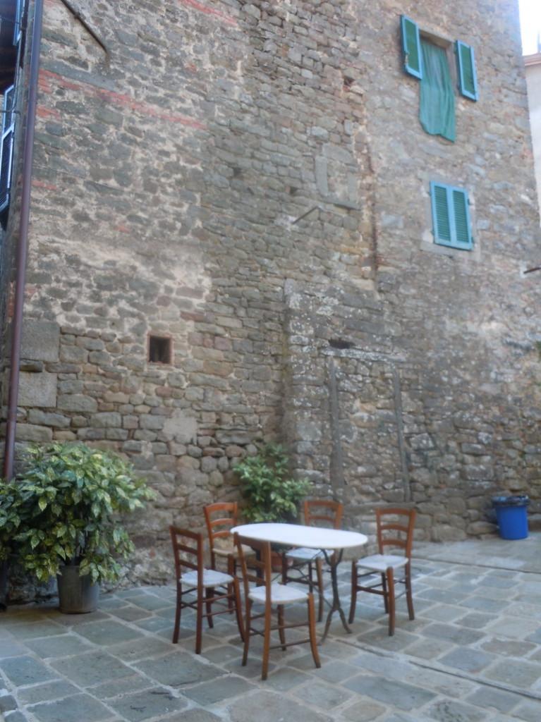 krzesla_na_placu_moja_toskania_castelvecchio_di_pescia