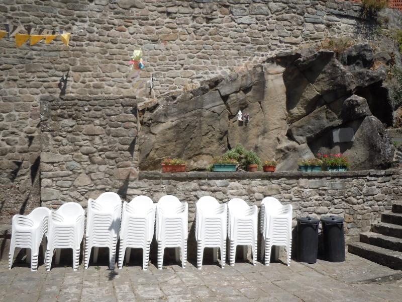 krzesla_na_placu_w_vellano_moja_toskania