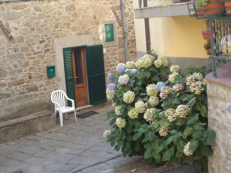 krzeslo_przy_drzwiach_stiappa_moja_toskania
