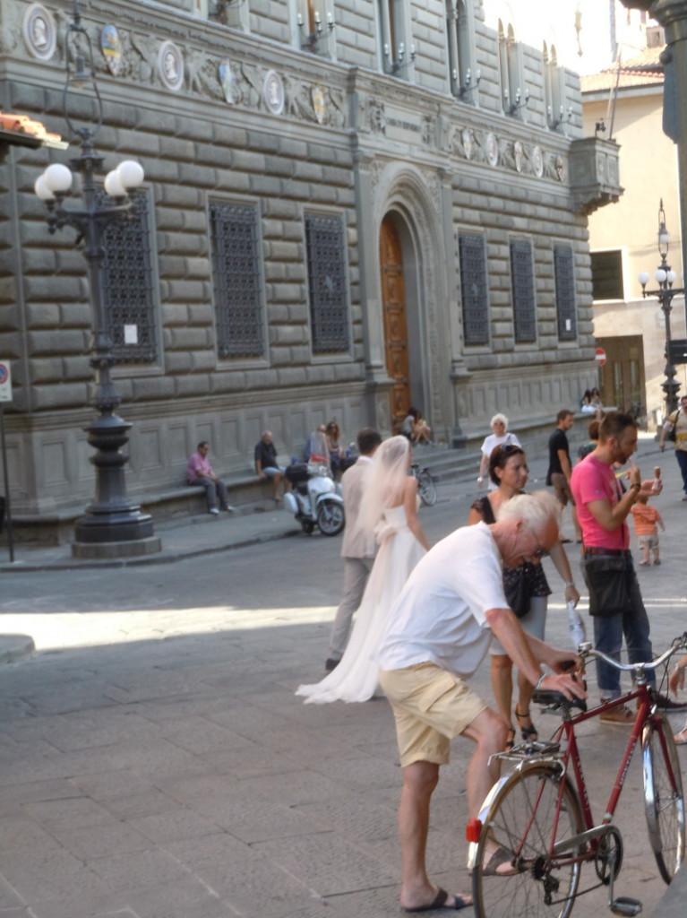 mloda_para_przechodzi_na_plac_sali_pistoia_moja_toskania