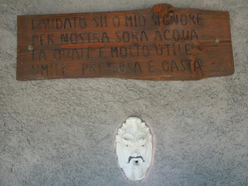 napis_nad_zrodelkiem_gorskim_moja_toskania