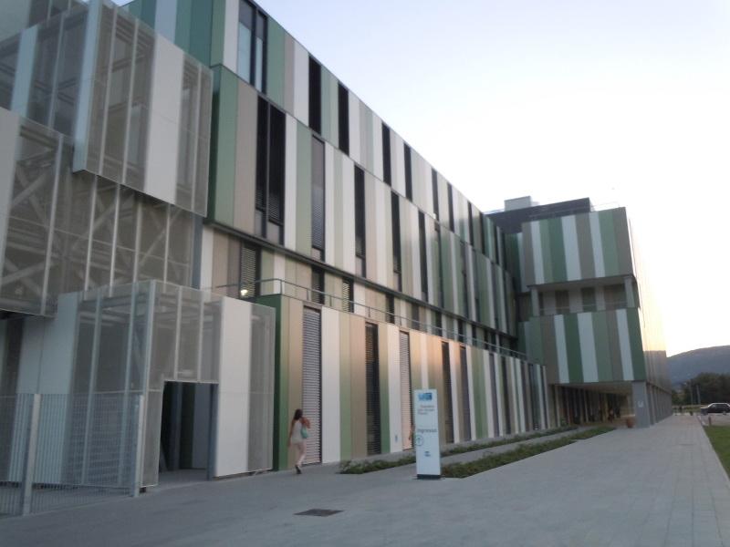 Ogromna bryla szpitala straszy architektura tych, ktorzy przejezdzaja przez obwodnice Pistoi