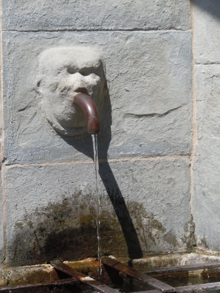 zrodlo_wody_na_placu_w_san_quirico_moja_toskania