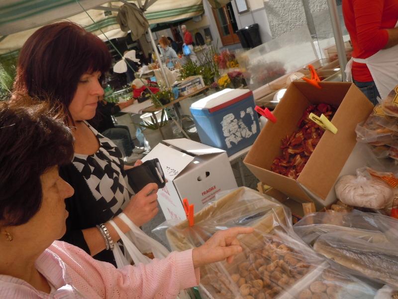 babcia_maria_wskazuje_produkty_na_targu_moja_toskania