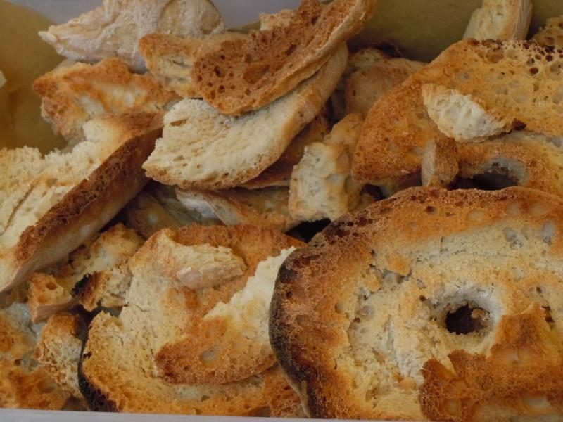 Tzw.friselle, czyli krazki suchego chleba do zup lub pomidorow z oliwa