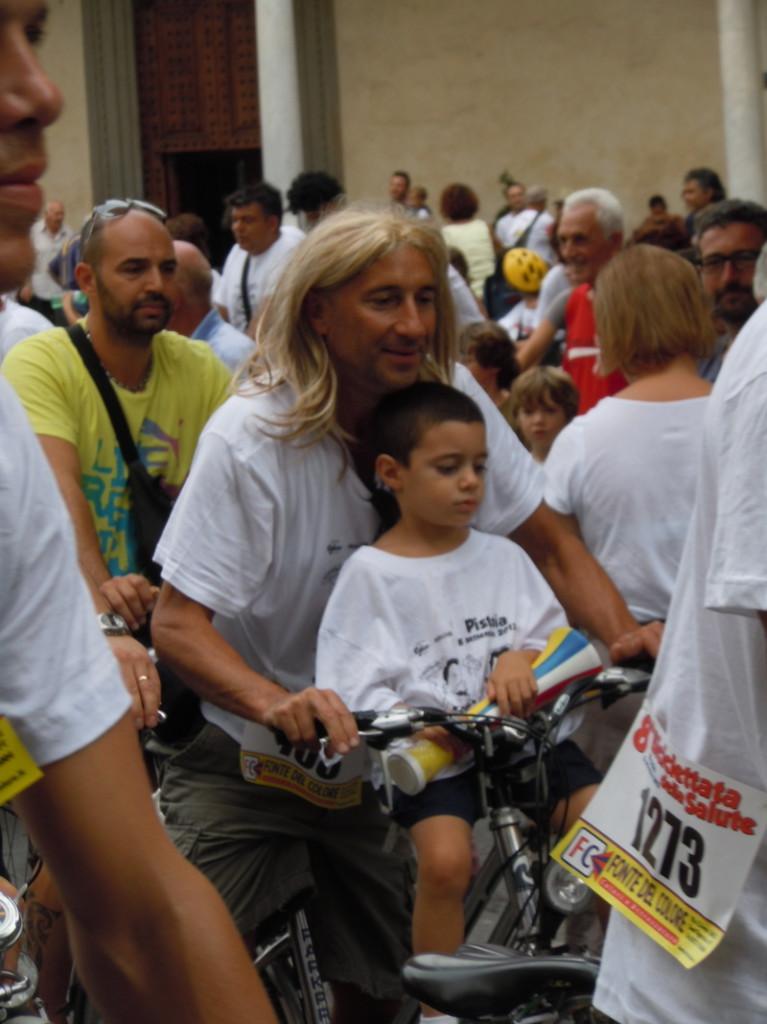 pan_w_blond_peruce_na_rowerze_moja_toskania_pistoia
