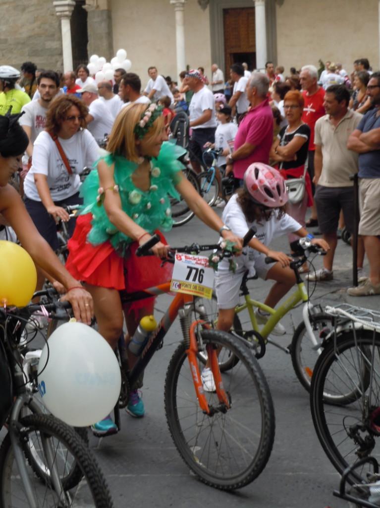 pani_w_zielonej_bluzce_na_rowerze_pistoia_moja_toskania