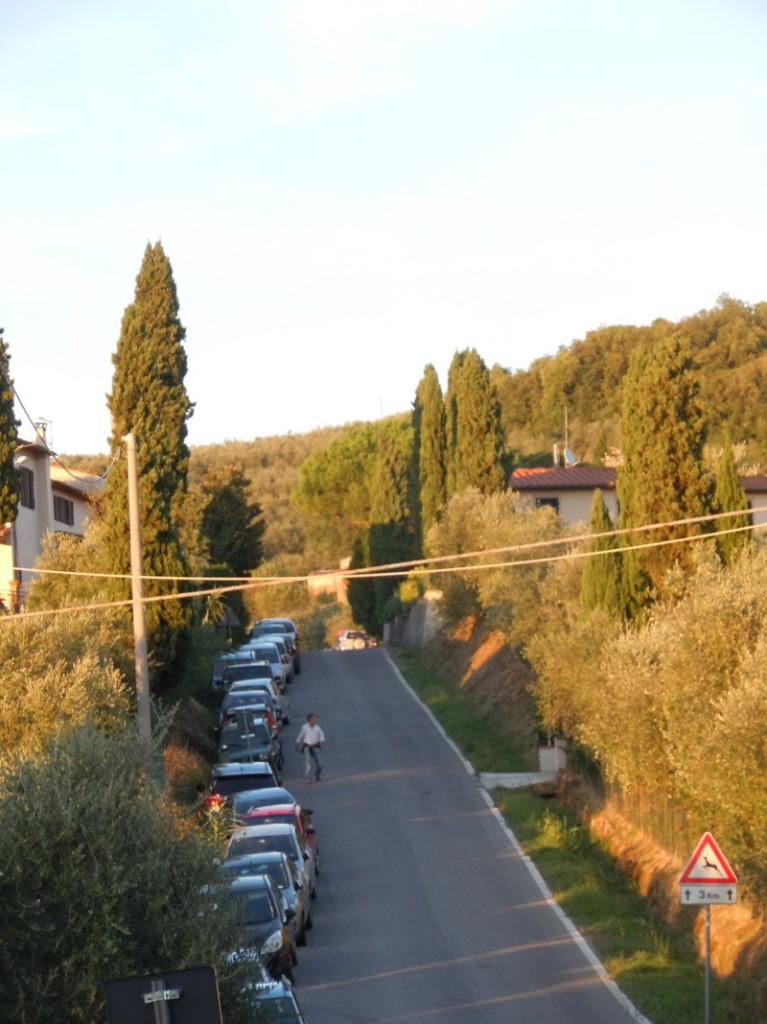 parkowanie_wzdluz_ulicy_montevettolini_moja_toskania