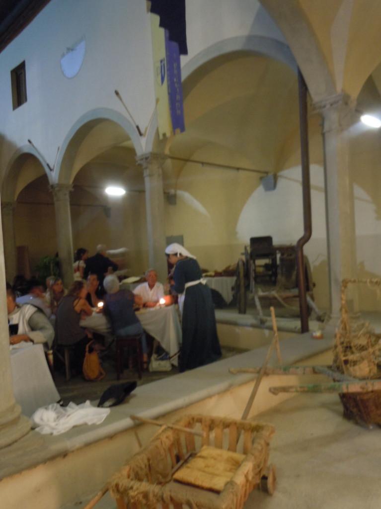 podawanie_kolacji_sredniowiecznej_badia_a_pacciana_moja_toskania