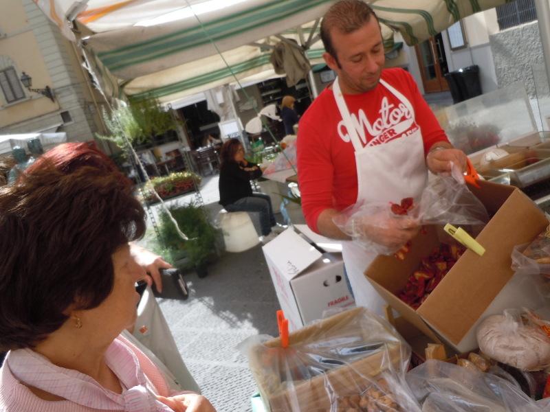 sprzedawca_naklada_pomidory_moja_toskania_targ_pistoia